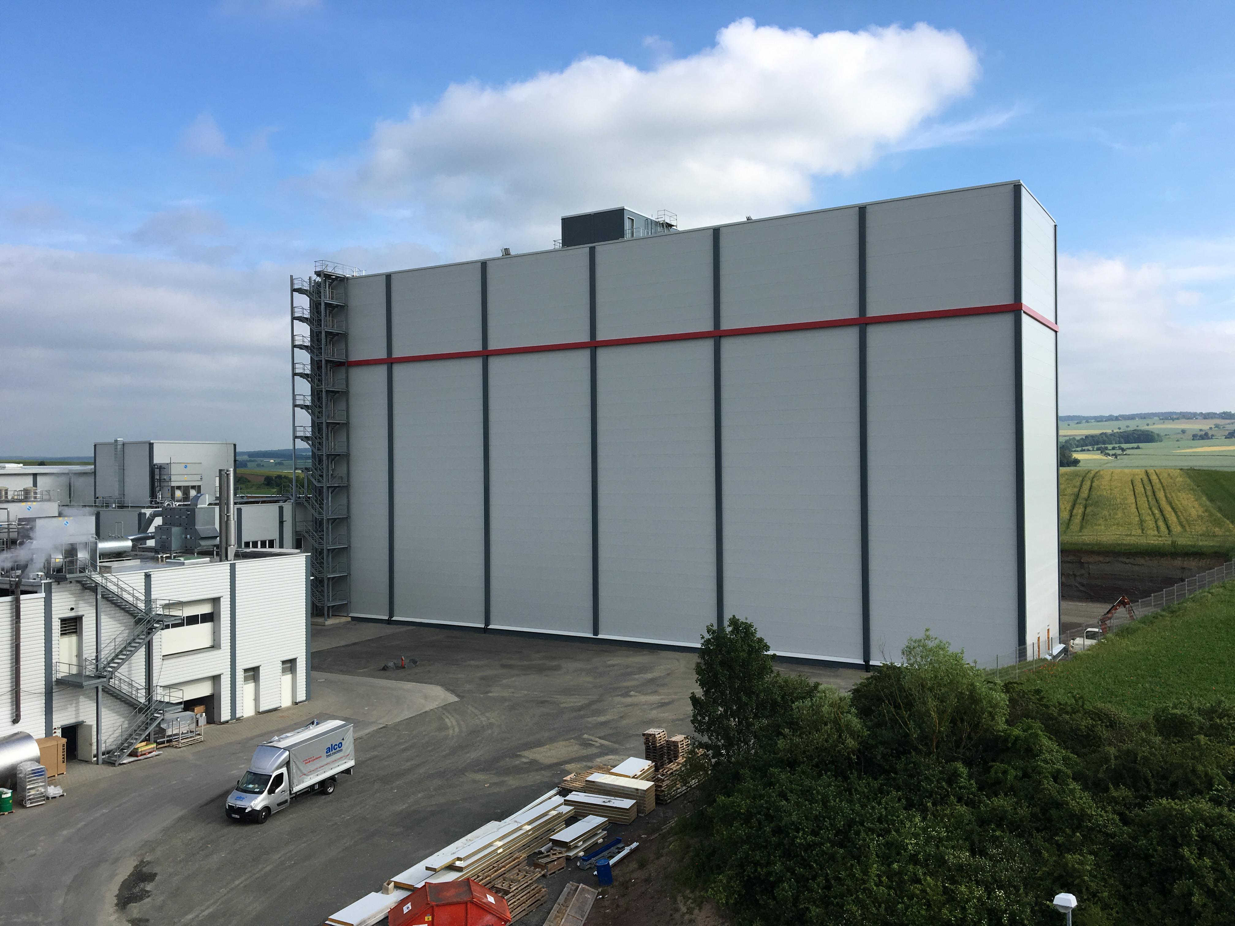 Das neu errichtete Hochregallager wird eingeweiht und bietet Platz für 8.100 Paletten